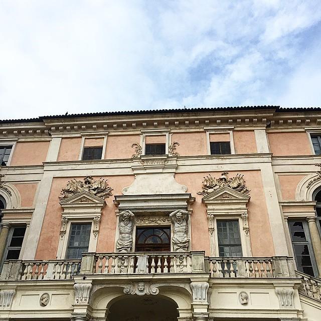 Siamo a Govone per vedere lo splendido castello patrimonio dell'Unesco: si tratta di una delle antiche residenze sabaude. @deaterraitalia @villafontanaagliano #deaterraitalia